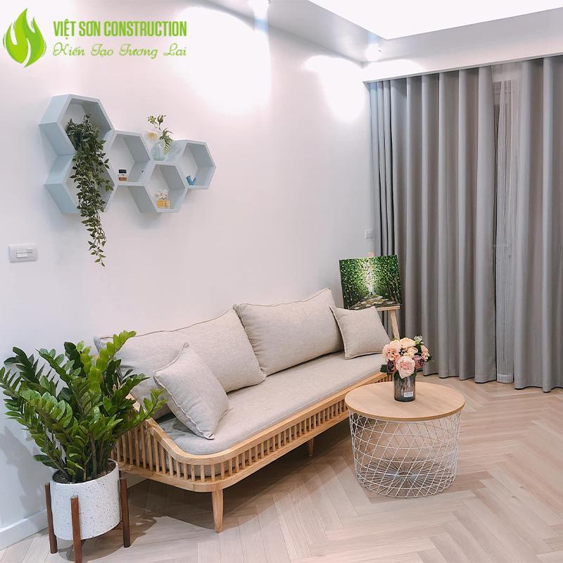 Phòng khách với cây xanh